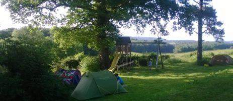Camping Domaine de Velotte is een rustige minicamping met ruime kampeerplaatsen gelegen in de groene heuvels, meren en riviertjes in Nièvre in de Bourgogne.