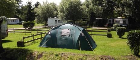 Welkom op de rustige en gezellige gezinscamping Camping de la Trye met 102 plaatsen en een landelijke en natuurlijke ligging vol bossen, weilanden en akkers.